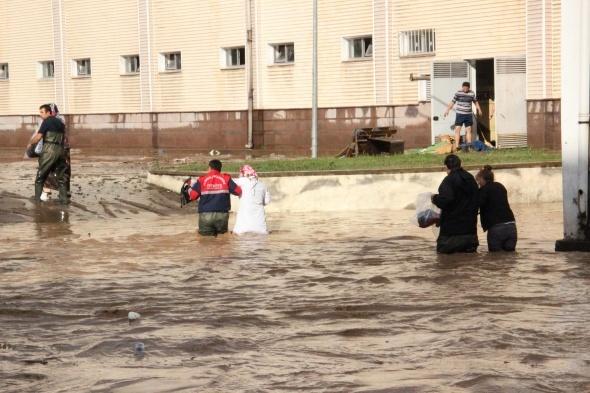 Zonguldak'ı sel aldı, araçlar sürüklendi