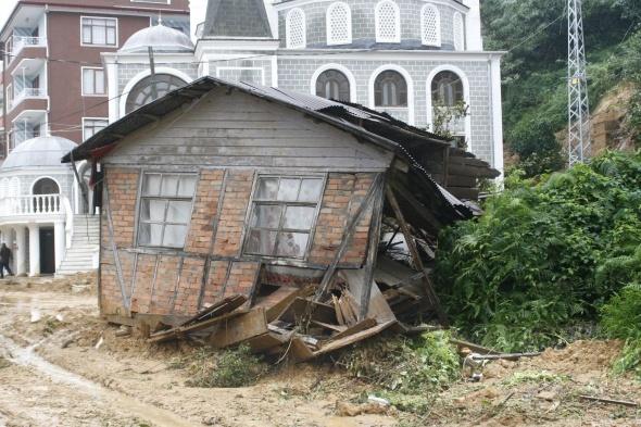 Karadeniz'i heyelan vurdu, evler toprak altında kaldı!