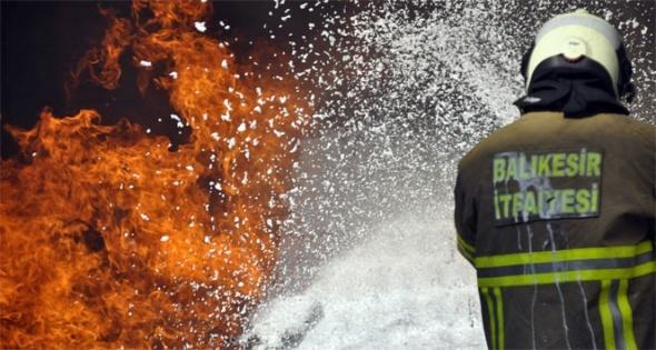 Yemek fabrikası alev alev yandı