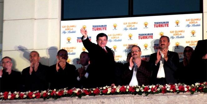 Davutoğlun'dan balkonda zafer konuşması