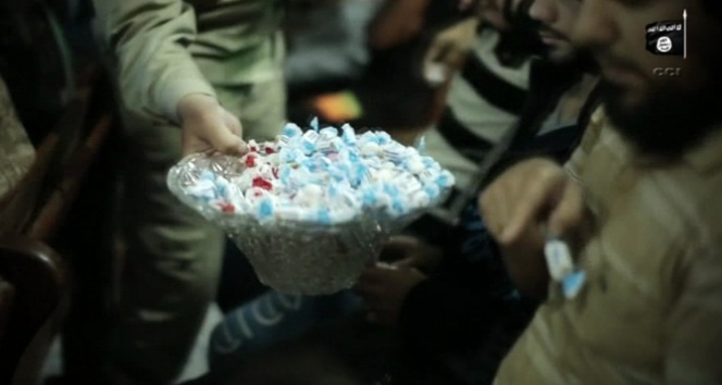 IŞİD 224 kişinin öldüğü trajediyi şeker dağıtarak kutladı