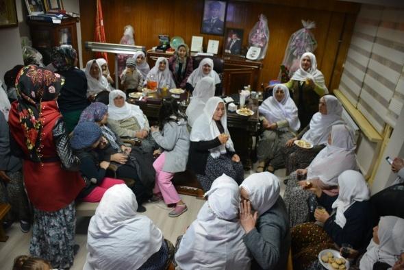 Kadın belediye başkanını yöresel kıyafetleri ile kutladılar