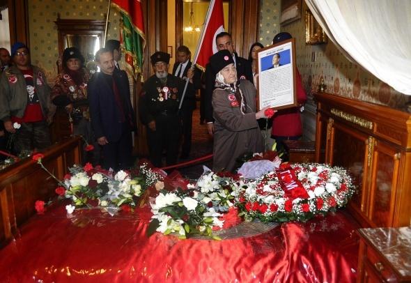 Atatürk, hayata gözlerini yumduğu Dolmabahçe Sarayı'nda anıldı