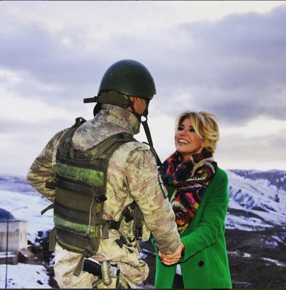 Gülben Ergen, nöbet tutan askerleri ziyaret etti