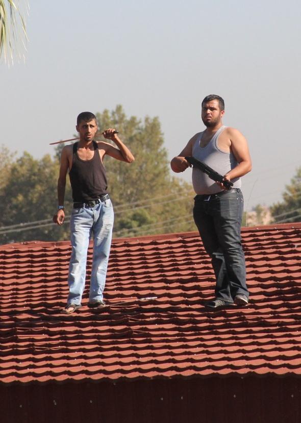 Kaçak büfe sahipleri yıkım sırasında polisle çatıştı