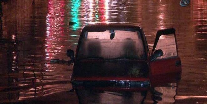 Bayrampaşa'da alt geçidi su bastı: 1 otomobil mahsur kaldı
