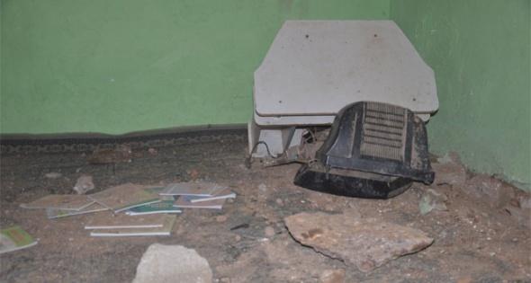 Dağdan kopan kaya parçası evin üstüne düştü