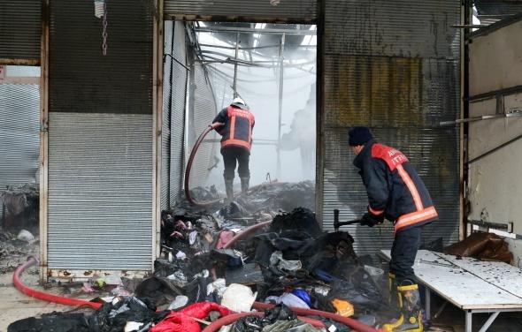 250 iş yerinin küle döndüğü yangına 35 araç müdahale etti