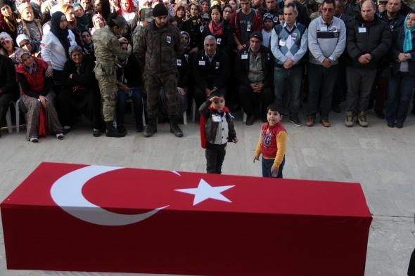 Minik Melih şehit babasını asker selamıyla uğurladı