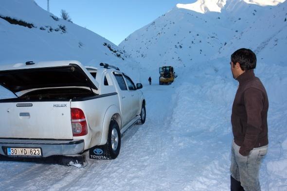 Çığ inen yollarda zorlu karla mücadele çalışması