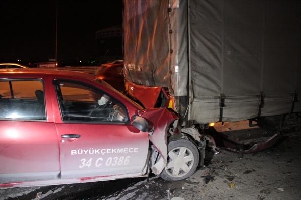 Ticari taksi TIR'a arkadan çarptı: 1 yaralı