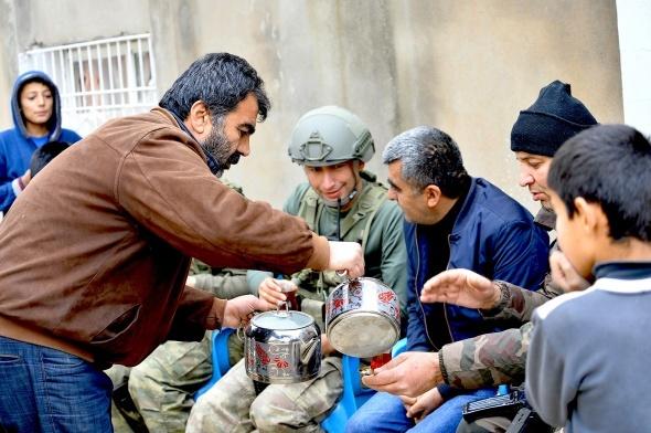 Cizre'de asker halk ile iç içe