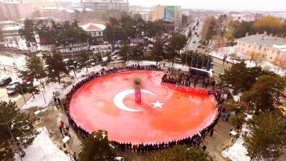 Buzdan dev Türk bayrağı