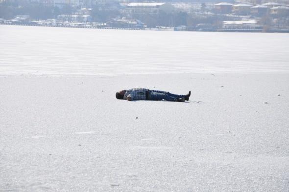 Donan göl üzerinde yürürken kriz geçirdi
