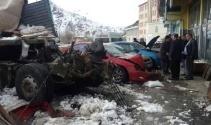 TIR ortalığı savaş alanına çevirdi: 3 ölü, 2 yaralı