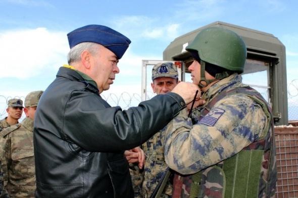 Komutan sınırı gezdi, askere moral verdi