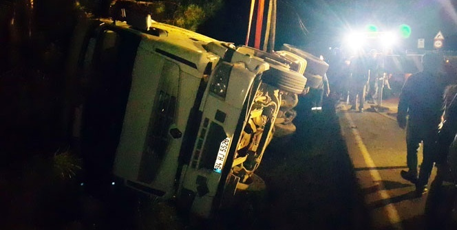 Kaza yerindeki vinç trafiği felç etti