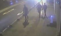 Gençleri bıçakla tehdit edip cüzdanlarını alan şüpheliler kamerada