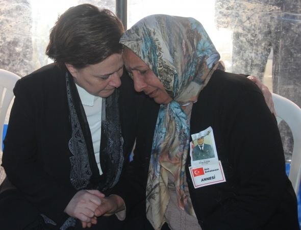 Şehit annesine sarılan Bakan Sarı'nın gözyaşları