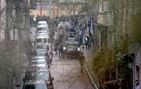 Çevik kuvvete saldıran 2 kadın teröriste operasyon