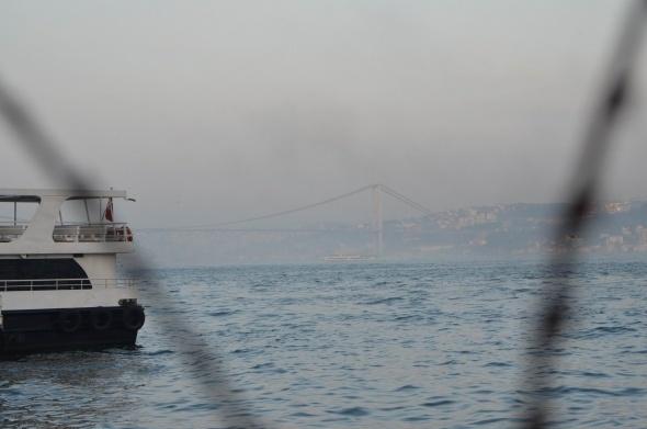 Boğaziçi Köprüsü yoğun sisten adeta kayboldu