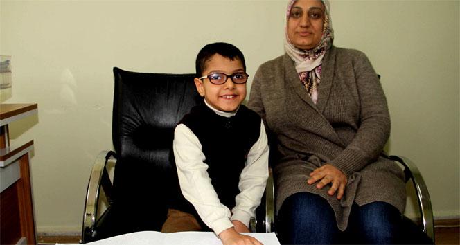 Görme engelli minik Enes, 1 ayda Kuran öğrendi