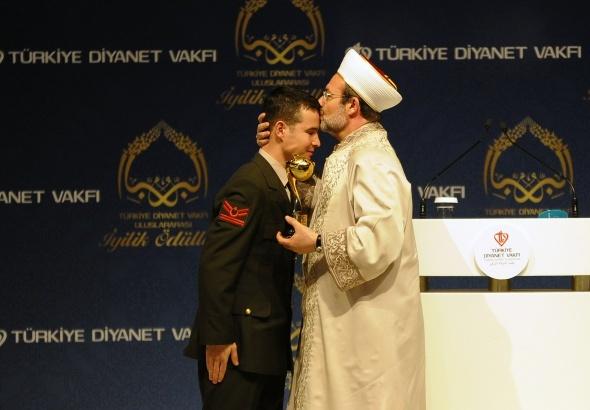Polise siper olan kahraman askere iyilik ödülü