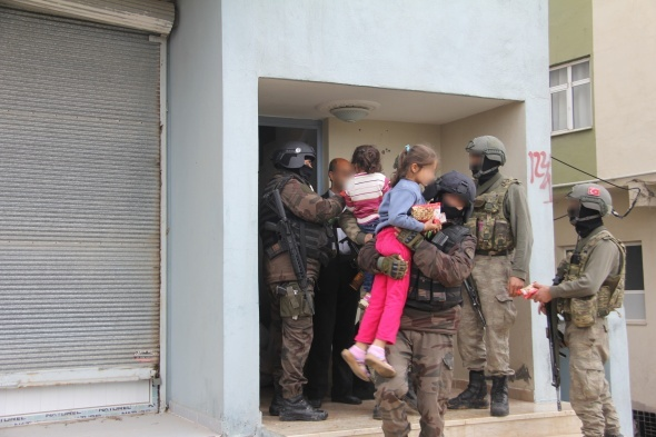 Nusaybin'de 5 kişilik bir aile güvenli bölgeye tahliye edildi