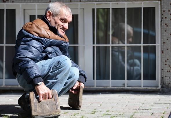 47 yıldır tahtalarla yürüyor