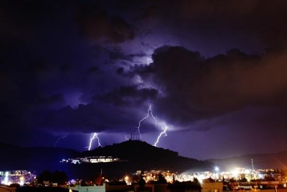 Bodrum'da gece şimşeklerle aydınlandı