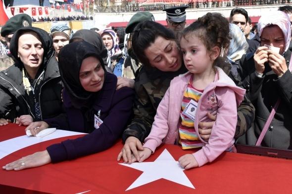 Şehit komiser yardımcısını binler uğurladı