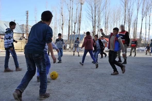 Yüksekova'da çocukların asker abileri ile futbol çoşkusu