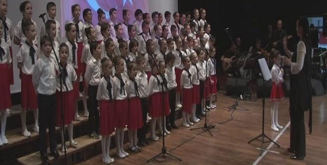Minik öğrenciler savaştan kaçan akranları için konser verdi