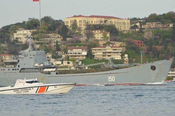 Rus savaş gemisinde kamufle edilmiş askeri araçlar dikkat çekti
