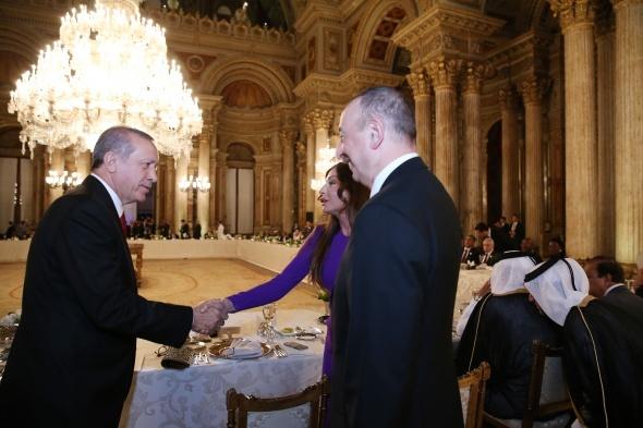 Zirveye katılan liderler onuruna Dolmabahçe'de yemek