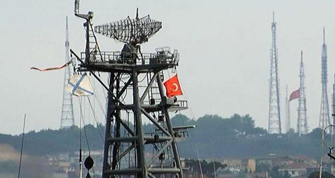 Rus savaş gemisi Türk bayrağı dalgalandırarak geçti