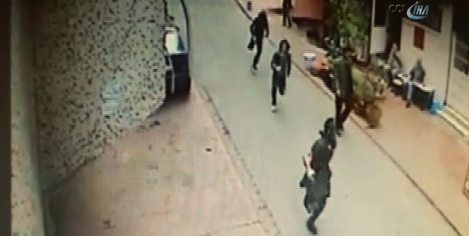 İstanbul'da güpegündüz silahlı soygun kamerada