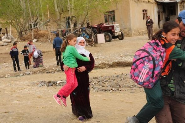 Köyü ikiye ayıran derede eğitim çilesi