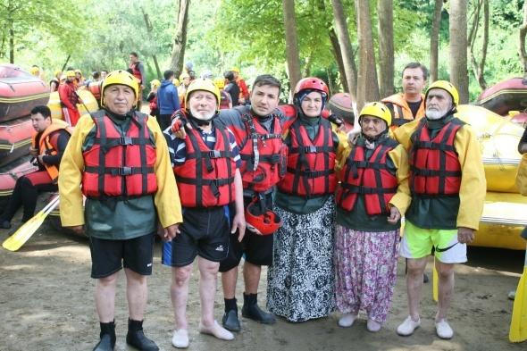 80'lik adrenalin tutkunlarının rafting macerası
