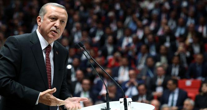Cumhurbaşkanı Erdoğan saldırının olduğu yerde incelemelerde bulunuyor