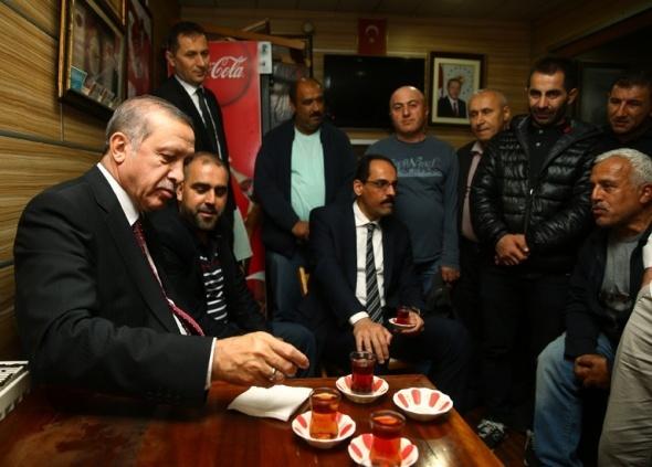 Cumhurbaşkanı Erdoğan, Tarabya'da minibüs durağını ziyaret etti
