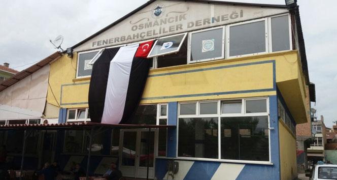 Fenerbahçeliler derneğine Beşiktaş bayrağı asıldı