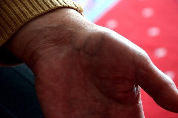Yaşlı kadının elinde beliren yazı şaşırttı