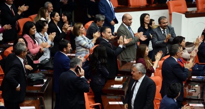 HDPli vekillerden dokunulmazlık sonucuna alkışlı protesto