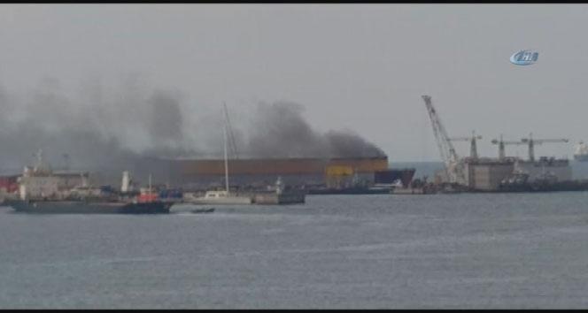 Tuzla tersaneler bölgesinden dumanlar yükseliyor
