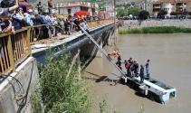 Minibüs köprüden ırmağa uçtu: 14 yaralı