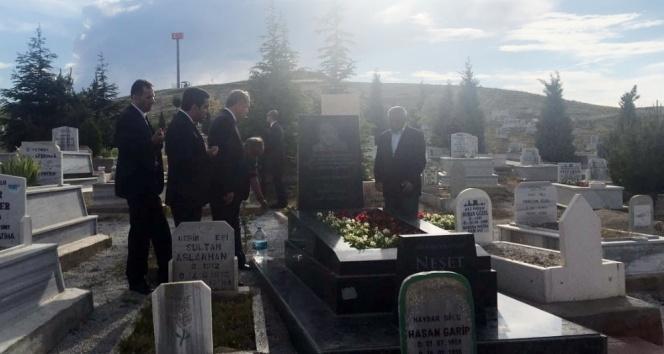 Erdoğan, Neşet Ertaşın mezarını ziyaret etti
