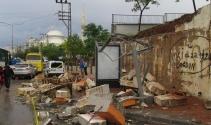 Aşırı yağış okulun duvarını yıktı