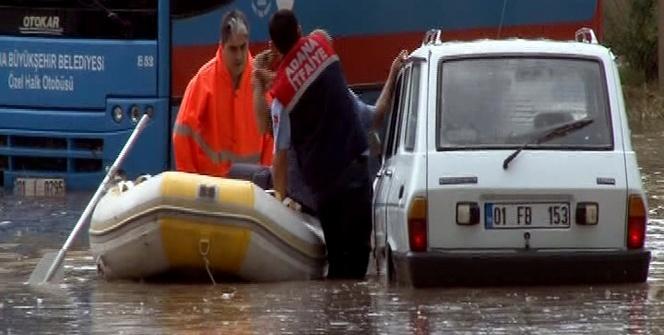 Su baskınında mahsur kalanlar iş makinesi ve botla kurtarıldı