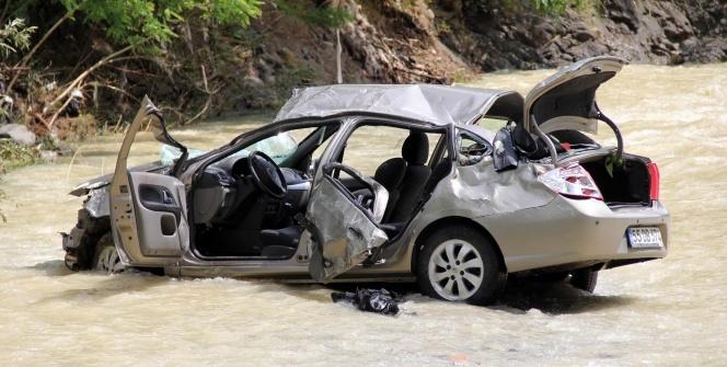 Otomobil uçurumdan ırmağa yuvarlandı: 2 yaralı
